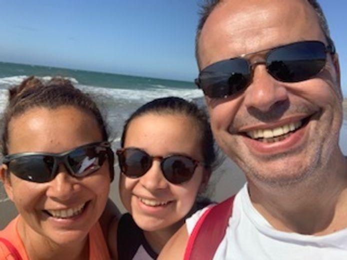Jack van der Hoek (r) heeft al een aantal jaar een stacaravan op een kleine camping in Haamstede. Hij wandelt graag met zijn vrouw Ingrid (l) en hun dochter Noor op het strand.