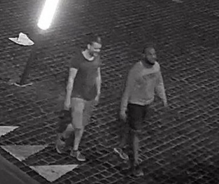 De persoon links is de dader naar wie de politie op zoek is.