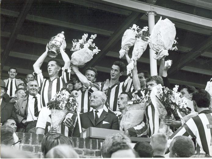 De spelers van Willem II vieren de winst in de KNVB Beker in 1963.