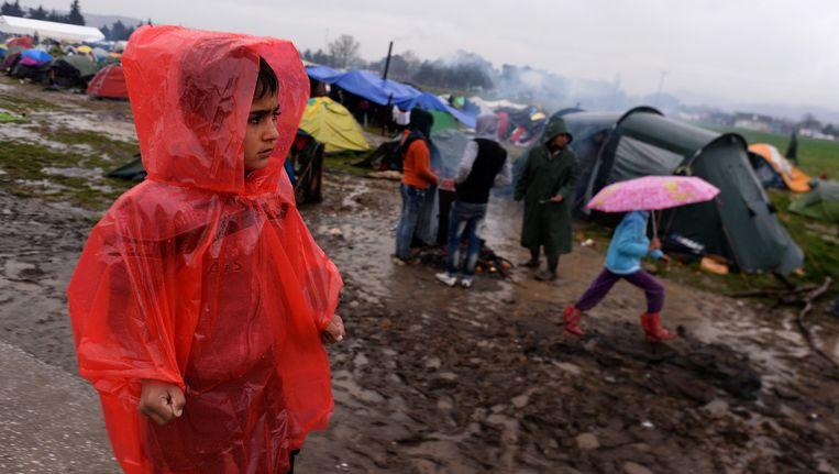 Kinderen in de regen in het kamp bij Idomeni. Beeld epa