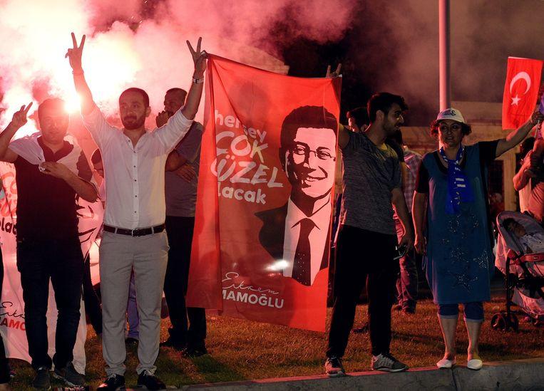 Aanhangers van Ekrem Imamoglu (CHP) gaan 's avonds de straat op om diens overwinning bij de burgemeestersverkiezingen van Istanbul te vieren.   Beeld Photo News