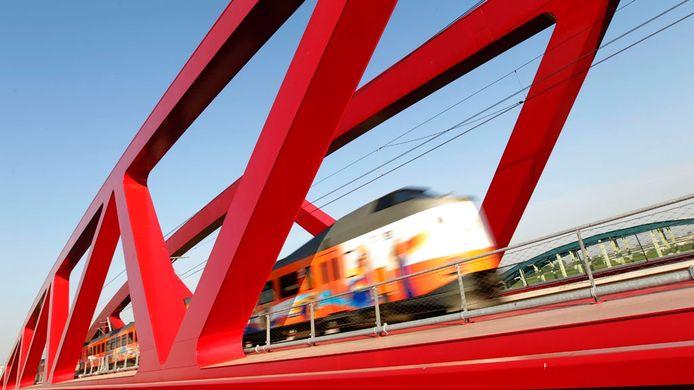 Een trein raast over de IJsselbrug bij Hattem, onderdeel van de Hanzelijn (Lelystad-Zwolle). Foto: ANP