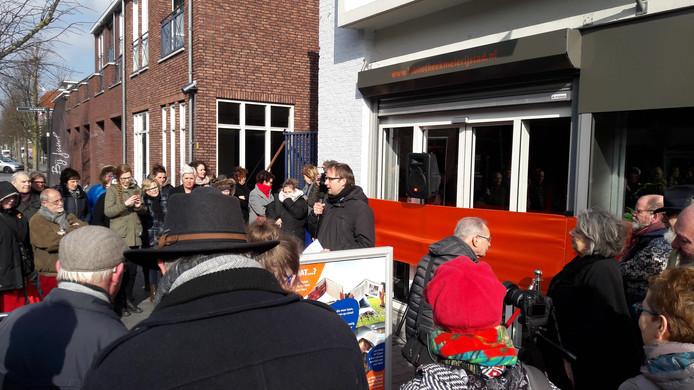 Wethouder Menno Roozendaal en dorpsschrijver Gerda Bayens openden de bieb officieel.