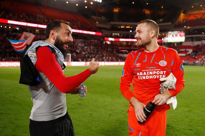 Konstantinos Mitroglou bedankt na de 3-0 zege op Apollon Limassol doelman Jeroen Zoet, die de nul hield bij PSV met twee goede reddingen.