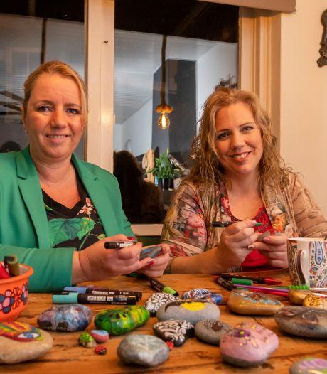 Esther en Gerrie uit Putten geven met hun vrolijke stenen een glimlach cadeau aan de vinder