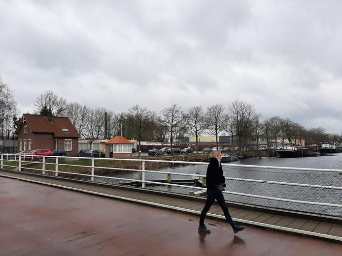 Zicht op de locatie van de toekomstige wijk Fabriekskwartier vanaf de draaibrug van de Piushaven. Links vooraan is het terrein van La Poubelle.