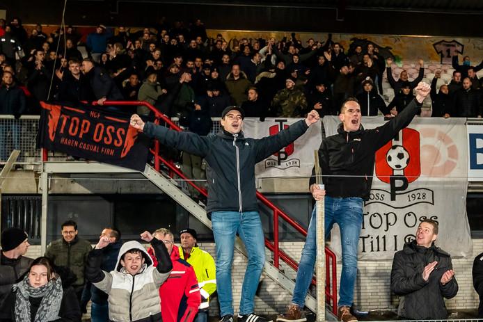 TOP Oss-supporters vieren de zege op Almere City.