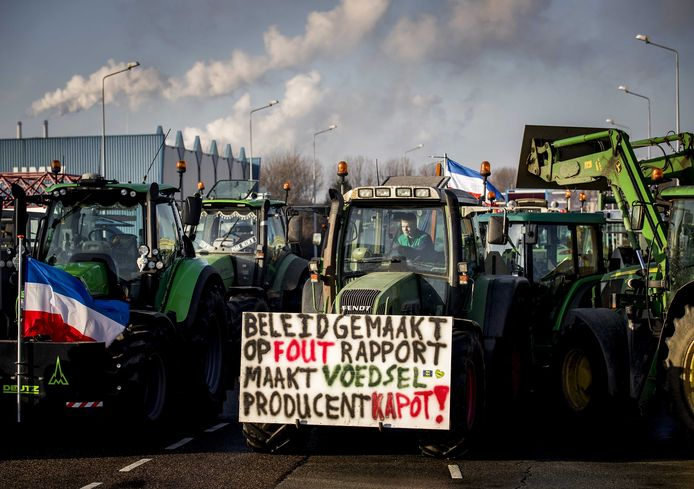 Boze boeren bij de toegangspoorten van Tata Steel. Actievoerende boeren en bouwers protesteren tegen het stikstofbeleid