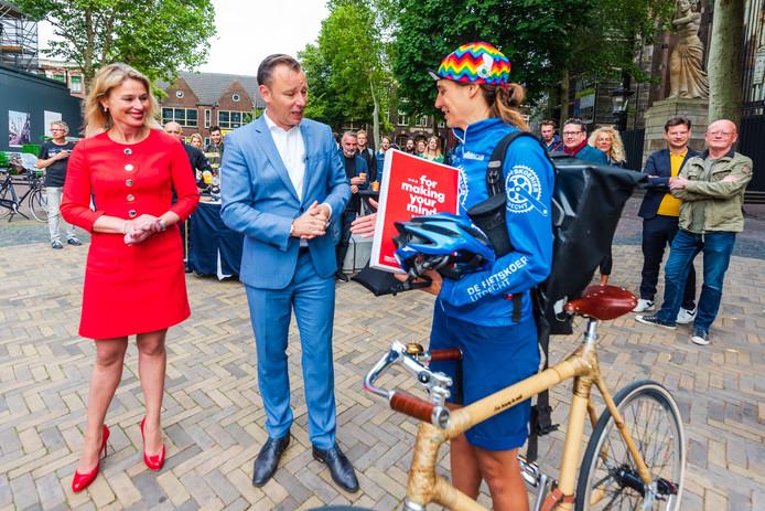 D66-wethouder Klaas Verschuure overhandigde woensdag namens de gemeente Utrecht het bidbook aan fietskoerier Karen Poot, die het document vervolgens naar de NPO in Hilversum bracht.