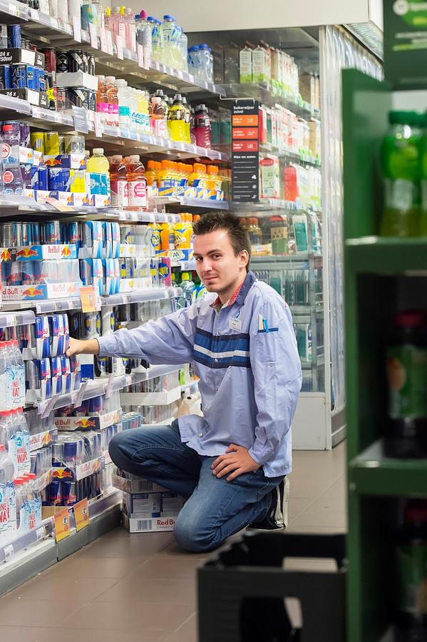 Bryan Vreijsen is blij met zijn baan als supermarktmedewerker, maar thuis wacht de eenzaamheid.