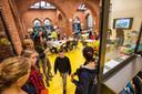 Leerlingen verkennen hun lokaal op de eerste schooldag in de Torenlei.