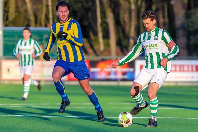 Jasper Jansen van Valkenswaard kijkt naar Robbert van Lankveld van Sparta'25.