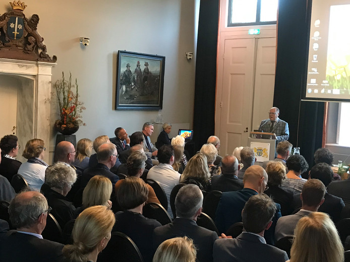 Kees Metz spreekt als plaatsvervangend voorzitter van de gemeenteraad Peter Rehwinkel toe bij zijn afscheid als waarnemend burgemeester van Zaltbommel