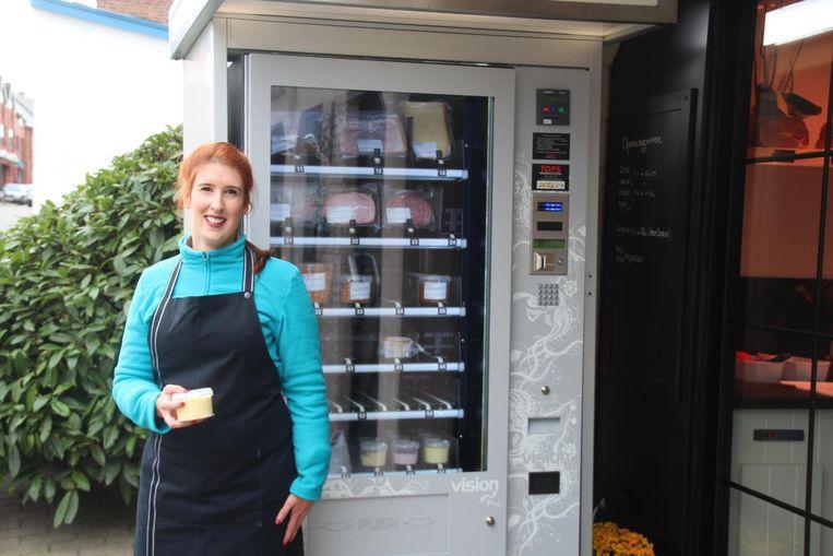 Sara De Smet bij de vleesautomaat in de Steenstraat.