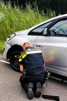 Agenten vervangen band na lichte aanrijding in Klarenbeek