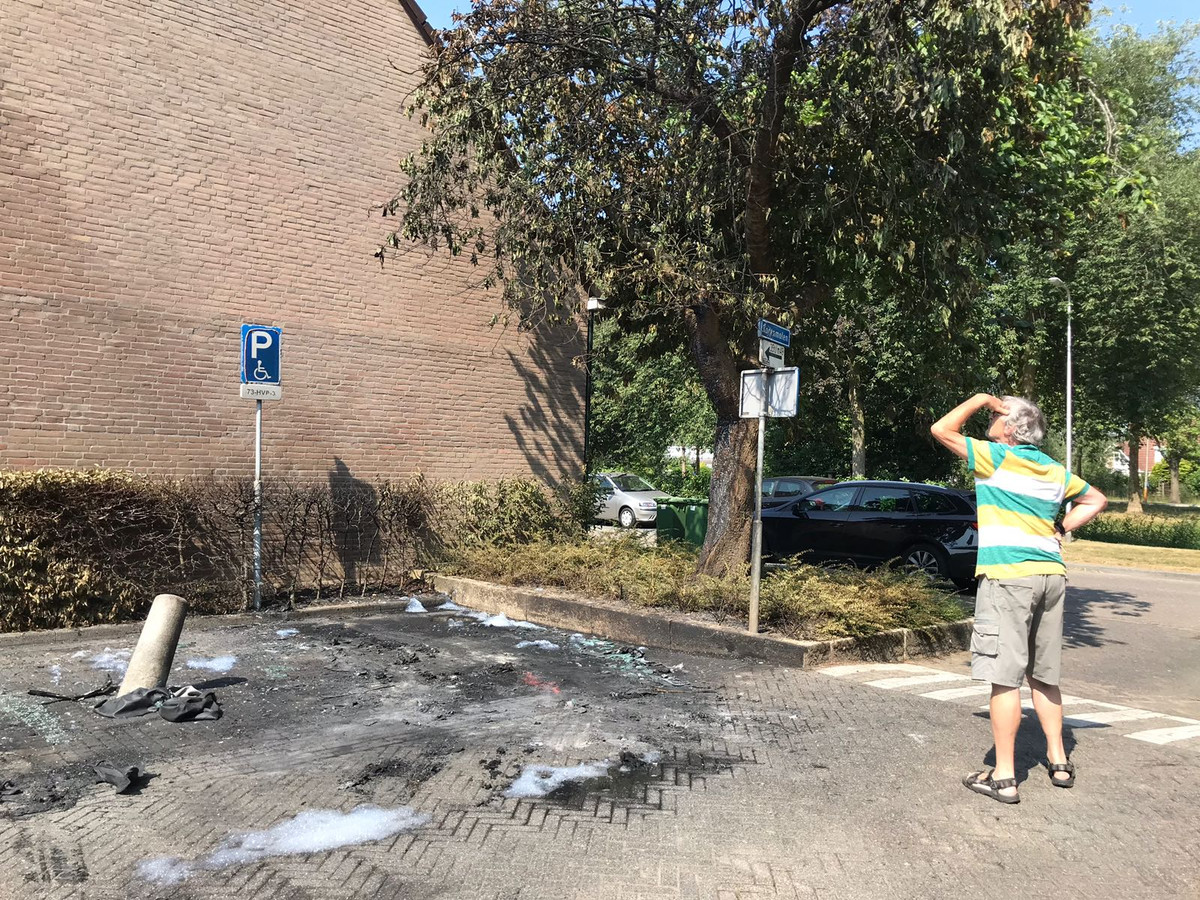 Een auto die naast de uitgebrande wagen stond, raakte ook total loss. Van het huis brak een ruit door de hitte.