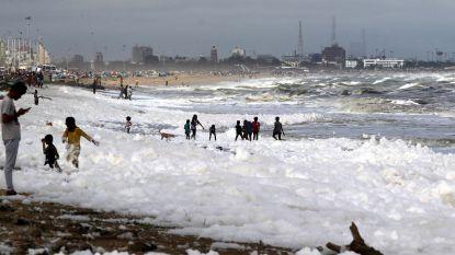 O zo plezant, maar giftig: kinderen ravotten in toxisch schuim op Indiaas strand