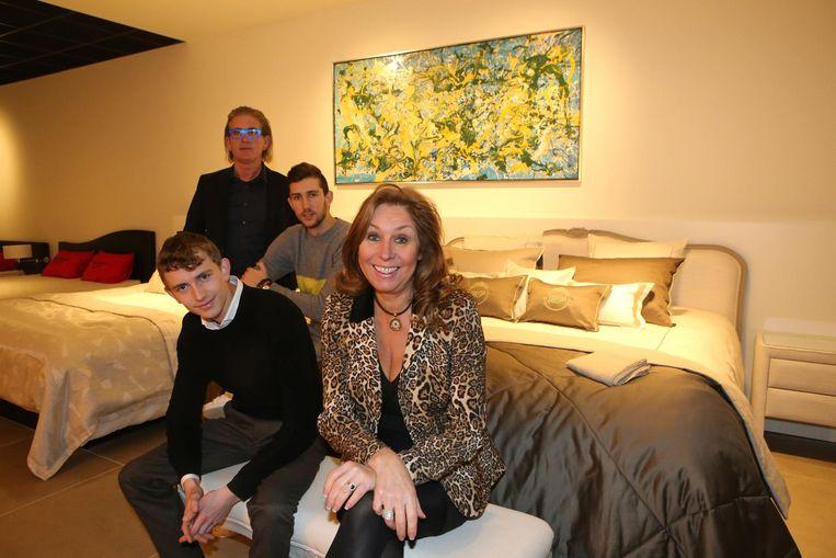 De familie Martens in een van de vernieuwde ruimtes van hun zaak Slaapcomfort Beets-Patteet.