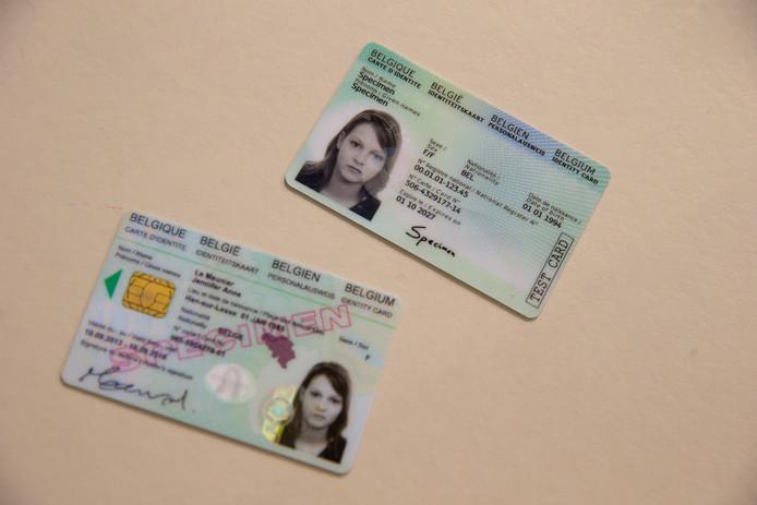 La nouvelle (en haut) et l'ancienne carte d'identité.