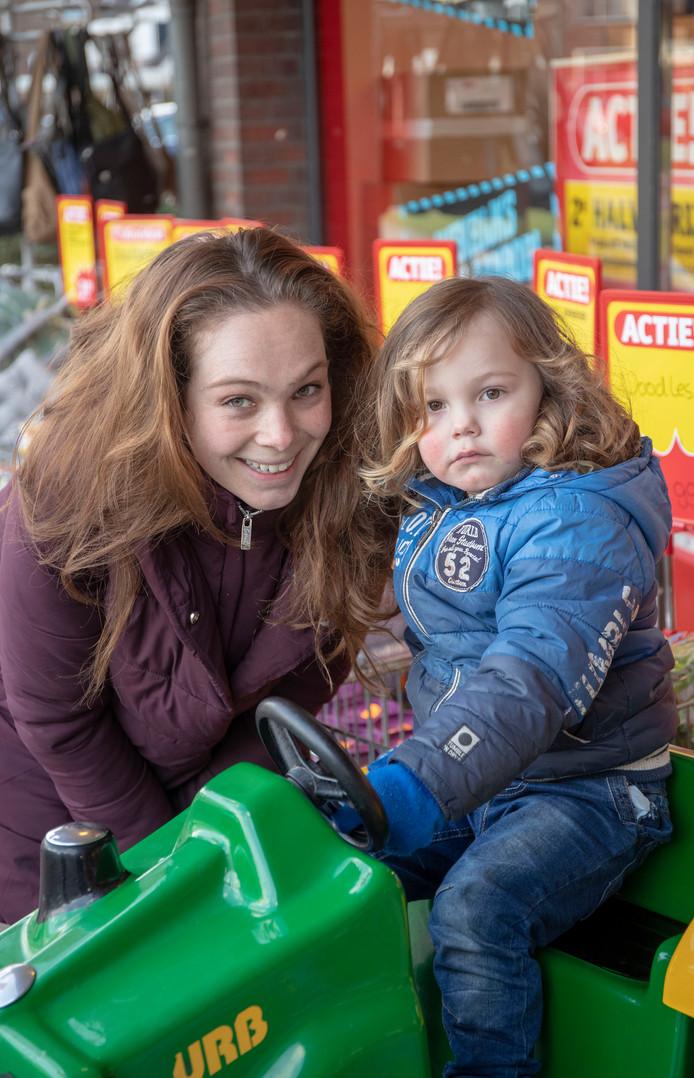 Aisa van Haasteren met zoon Elias.
