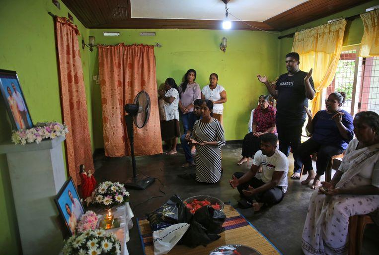Familieleden van het echtpaar Rohan Marselas Wimanna and Mary Noman Shanthi die zaterdag omkwamen bij de bomaanslag in Negombo, noordelijk van de hoofdstad Columbo, volgen een katholieke mis op de televisie. Vanwege het gevaar voor nieuwe aanslagen bleven de meeste kerken op Sri Lanka vandaag gesloten.