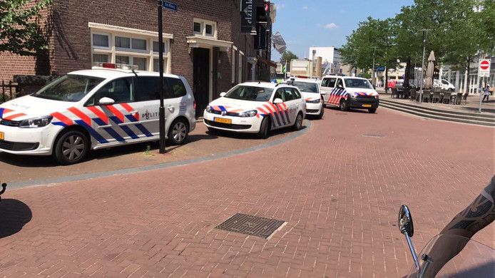 Politie in de Marktstraat in Almelo.