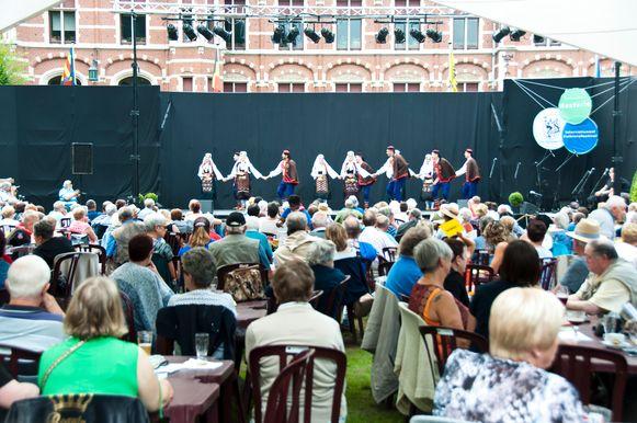 Het Internationaal Folklorefestival vindt steeds plaats in de tuin van het gemeentehuis.