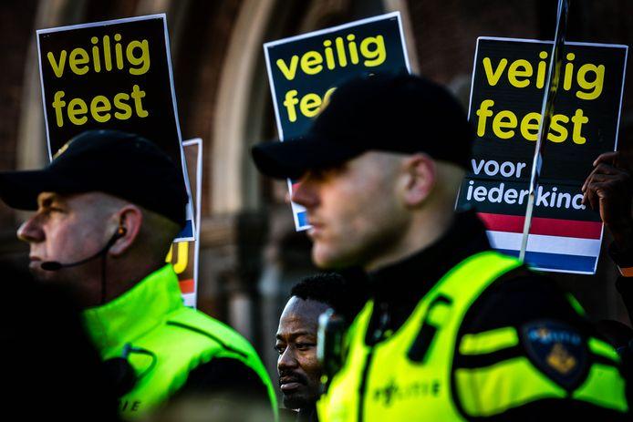 EINDHOVEN - Frontman Jerry Afriyie van Kick Out Zwarte Piet tijdens de intocht van Sinterklaas in Eindhoven. Hij en andere vreedzame demonstranten werden ondanks politiebescherming verjaagd door hooligans. ANP ROB ENGELAAR