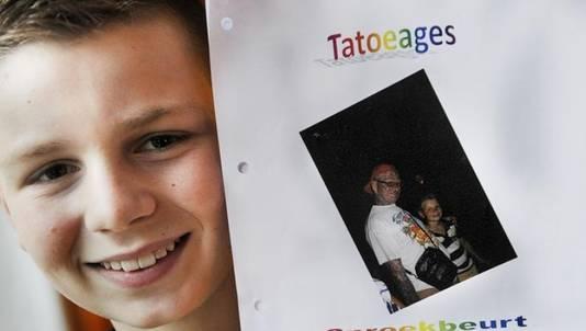 De opa van Lars Goorhuis was niet welkom op school. De kinderen zouden zijn vele tatoeages te eng kunnen vinden.