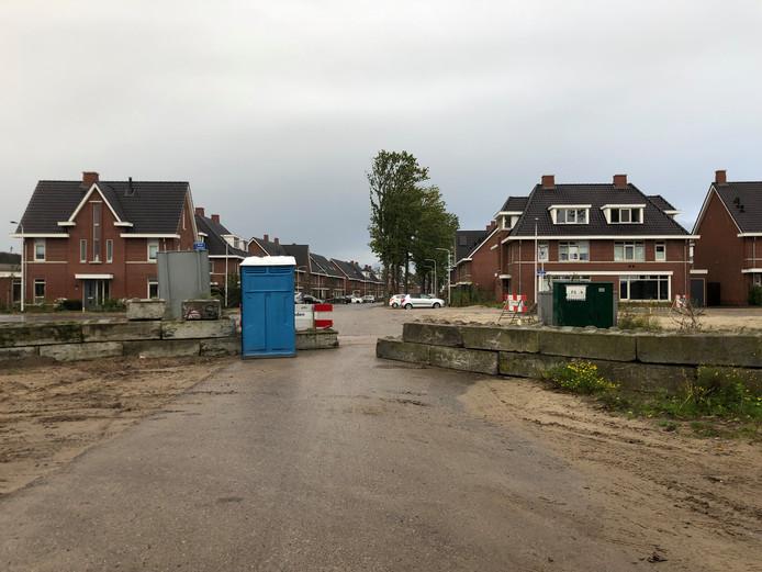 Bouwweg Marathonpromenade afgesloten met betonblokken, waardoor regulier verkeer niet meer erdoor kan.