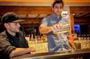 """De Griek Chris Lolas en Bulgaar Kaloyan Videlov aan het werk bij horecazaak Ibiza. In Amsterdam is de voertaal in de horeca veelal Engels, krijgen we dat straks ook in Tilburg? ,,Zo'n vaart zal het niet lopen."""""""
