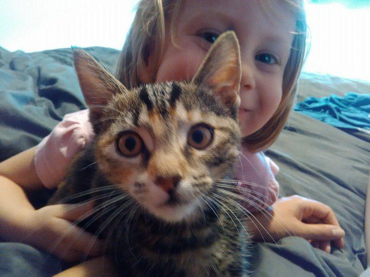 Lily met een van de kinderen van het gezin Mertens.
