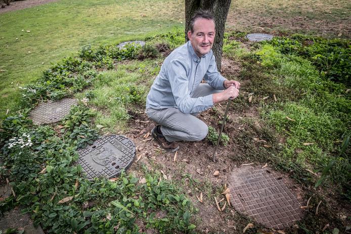 Peter Brink (51) verzamelt rioolputdeksels. Overal in zijn tuin kun je ze terugvinden.