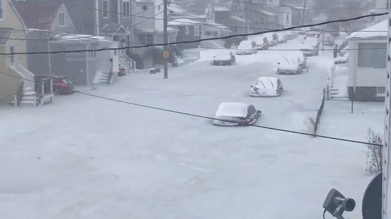 Auto's zijn zo goed als volledig bedolven onder een laag sneeuw in Massachusetts.