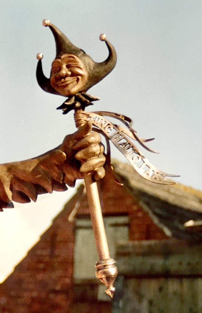 Een oude foto van de Tullepetaon, toen het narrenstokje nog wel een vaandel had. Daarop de woorden 'Tunc in alto laxo', volgens Mark Stuij potjeslatijn voor 'Toch heb ik overal schijt aan'. Dat vaandel moet dit jaar terugkeren.