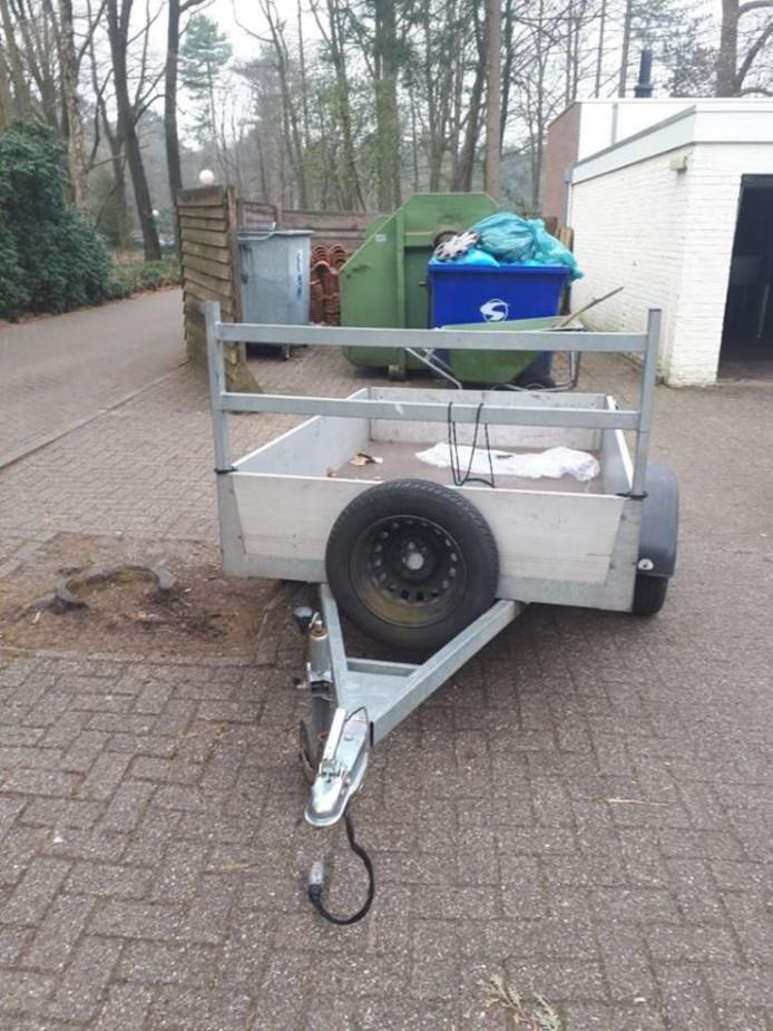 Een aanhangwagen die door de politie in Enschede werd teruggevonden.