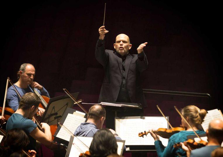 Dirigent Jaap van Zweden tijdens de generale repetitie met het Rotterdams Philharmonisch Orkest in de Grote Zaal van de Doelen. Beeld ANP