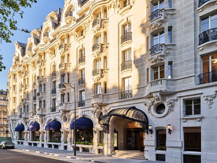 Het witte art-nouveaugebouw beslaat een half stratenblok. Beeld Amit Geron