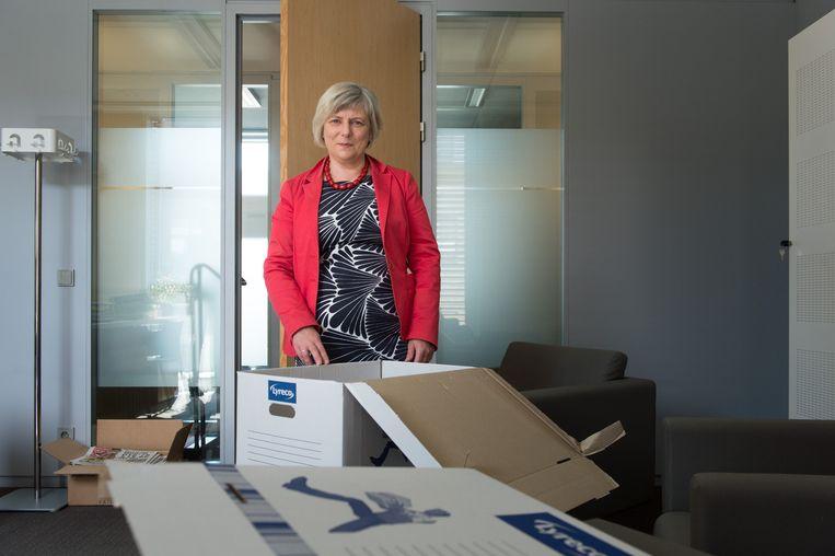Burgemeester Chris De Veuster (CD&V) tussen de verhuisdozen. Ze vond haar ontslagbrief maandag in de bus.