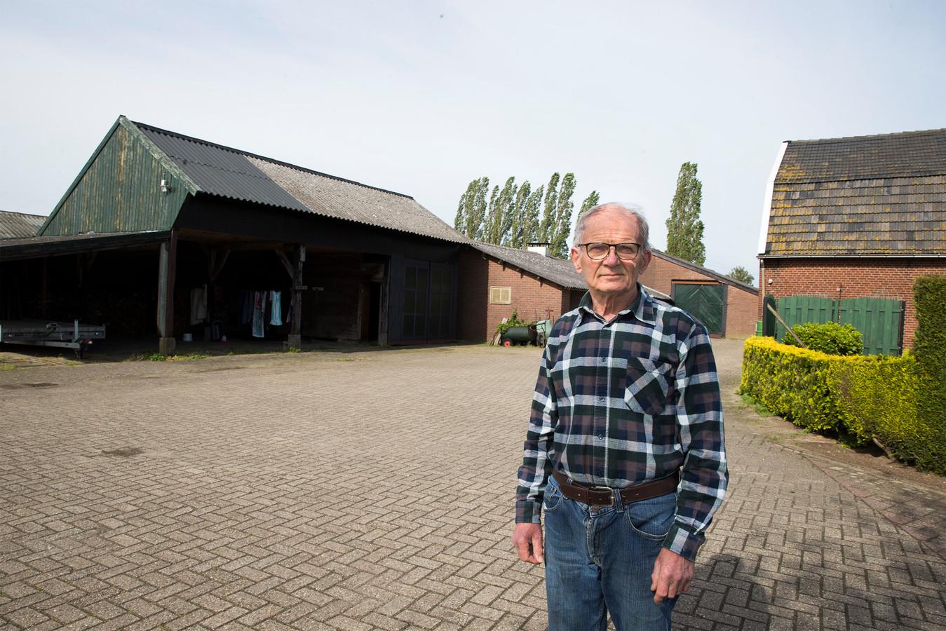 Fons Gerritsen uit Kilder voor zijn schuren met asbestdaken.