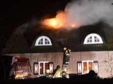 Brandweer: blussen boerderij Hoogmade gaat nog uren duren