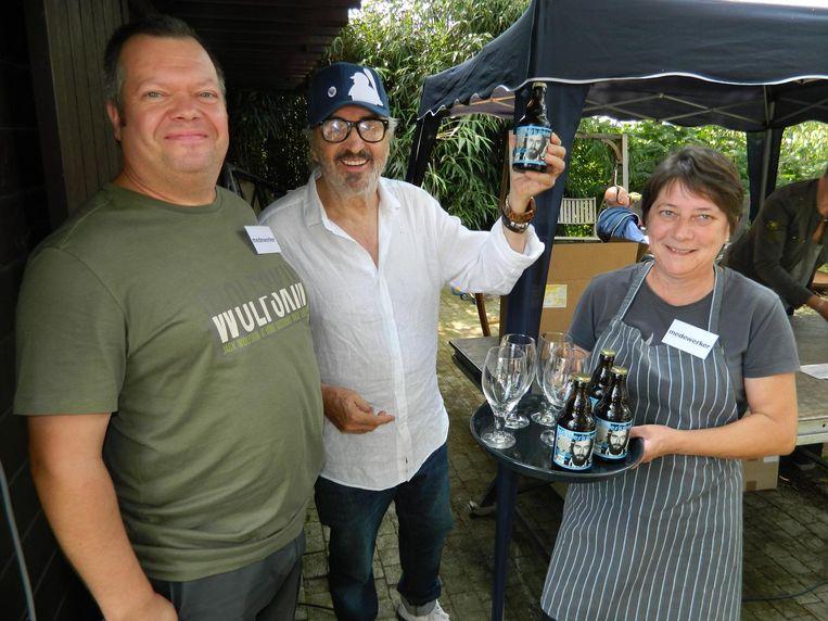 Ivan Heylen mocht van de brouwers van Den Tseut als eerste het biertje De Werkmensch proeven.