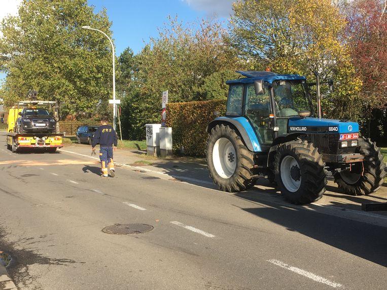 De tractor moest eerst worden rechtgezet alvorens de takelwagen hem kon takelen. Ook de personenwagen moest getakeld worden.