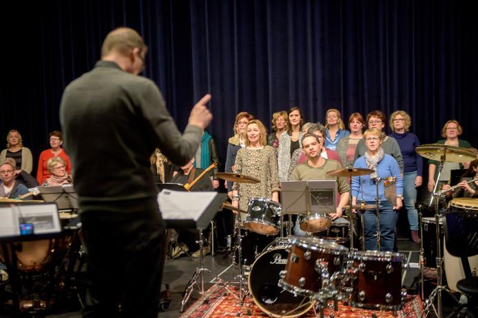 OIRSCHOT - Zanggroep Desnoots, tijdens de voorbereidingen op de grote show, met dirigent Paul van Gorp