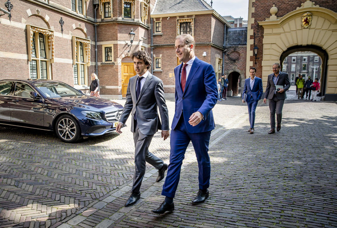 Jesse Klaver (GroenLinks) en Lodewijk Asscher (PVDA) bij aankomst bij het Torentje voor overleg met premier Mark Rutte en Wouter Koolmees over de pensioenen.