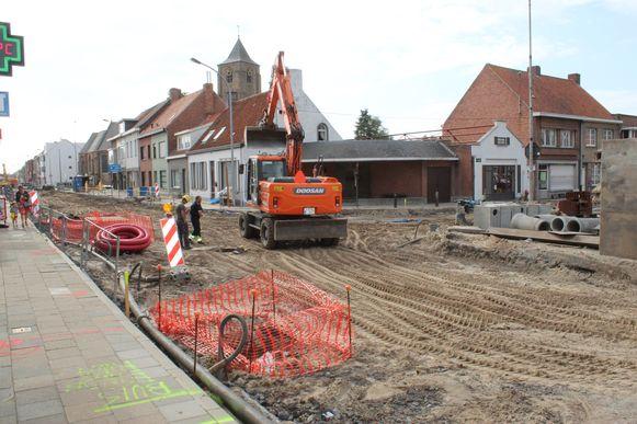 Het kruispunt van de Dorpsstraat met de Leemweg is het hart van Sint-Laureins, maar ligt nu helemaal open.