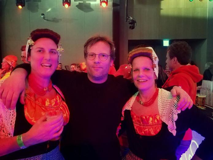 Erika Toutenhoofd en Jacqueline Cijsouw (rechts) met Patrick Lodiers in het Holland Heineken House.