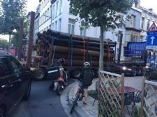 """Papa klaagt gevaarlijke situatie Begijnenvest aan: """"Vrachtwagens met opleggers horen niet thuis in een schoolbuurt"""""""