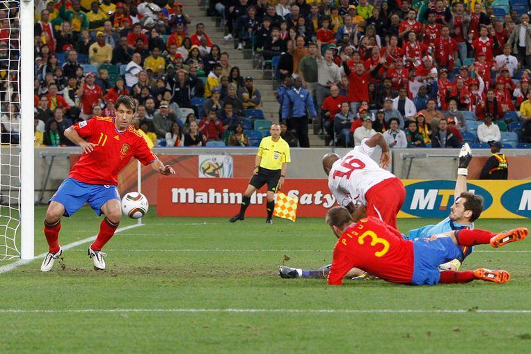 De Zwitserse speler Fernandez scoort de winnende goal tegen Spanje. (EPA) Beeld null