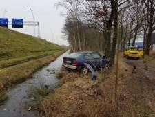 Auto rijdt van talud op A2 bij Eindhoven, bestuurster weg